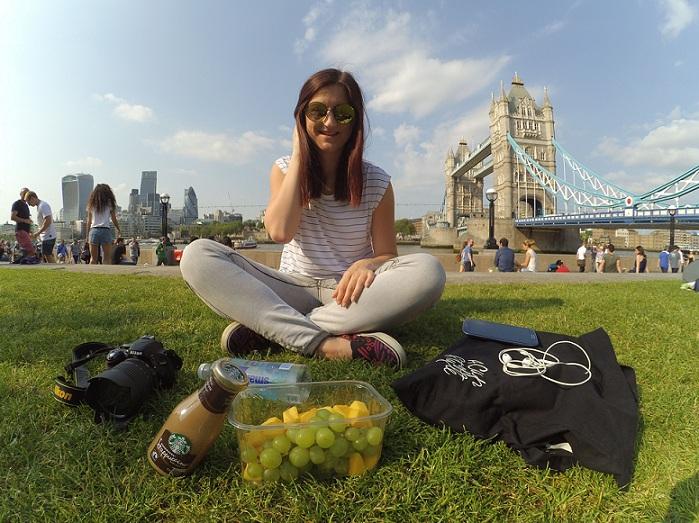 Monika Latýnová si užívá sluníčka při odpoledním pikniku